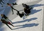 Dansande flicka bland vänner (2005)